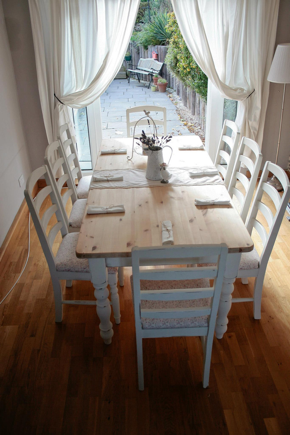 White shabby chic dining table large and beautiful for Salle a manger shabby chic