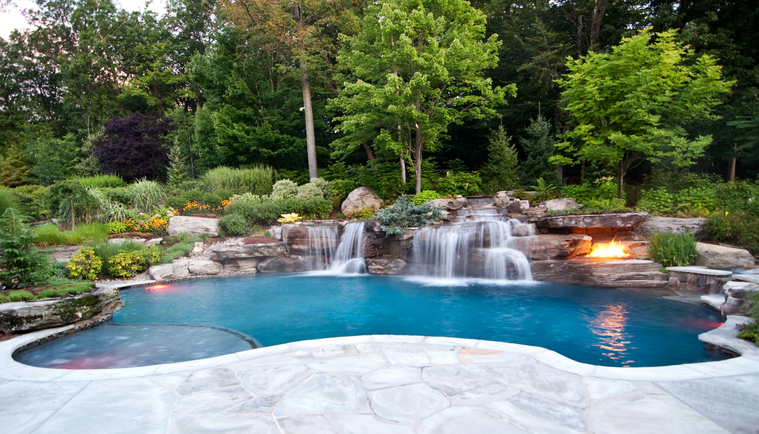Backyard designs with pool and outdoor kitchen - large and beautiful ...