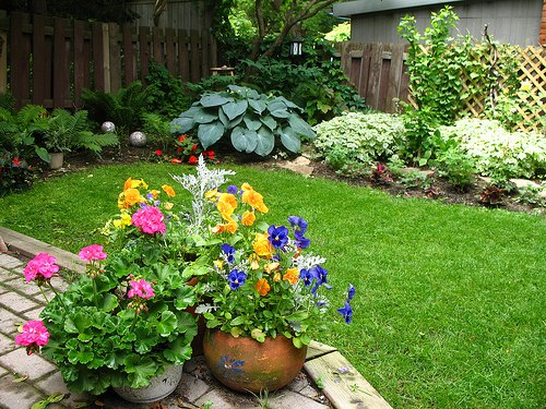 Backyard flower gardens large and beautiful photos for Flower designs for yards