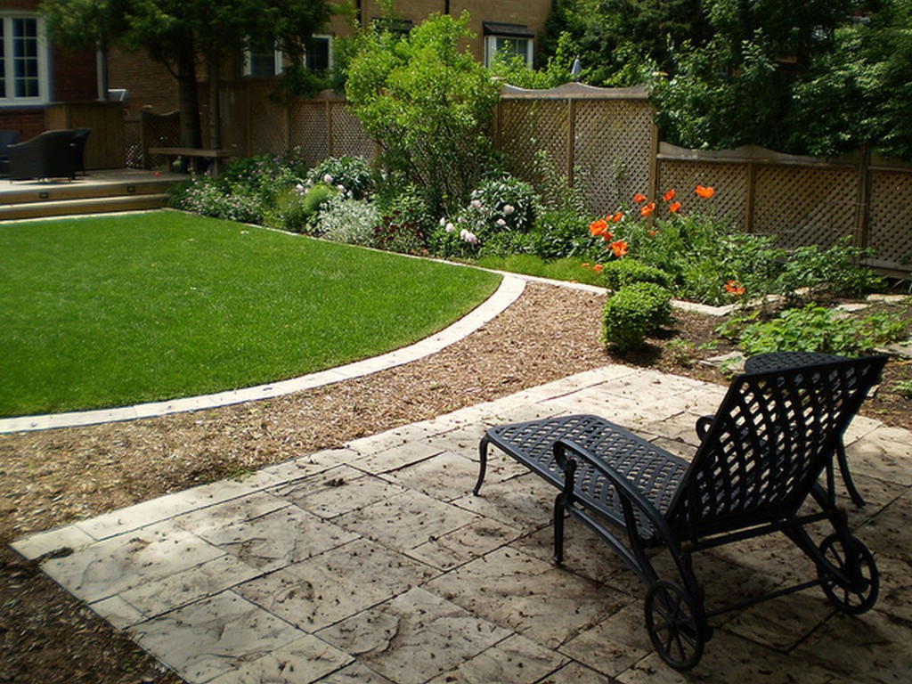 landscaping ideas for a small backyard photo - 2