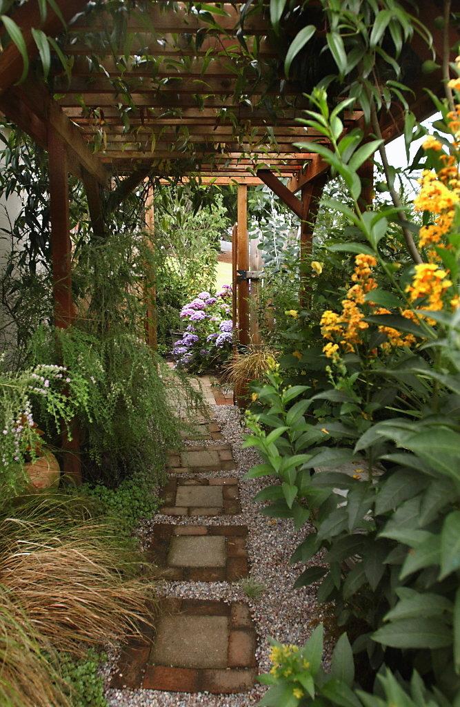 narrow backyard landscaping ideas photo - 2