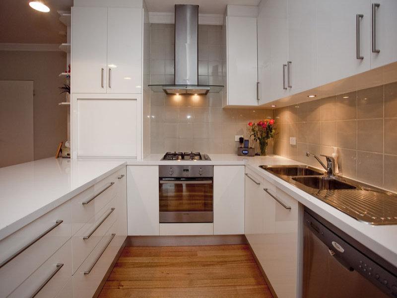 small u shaped kitchen photo - 2